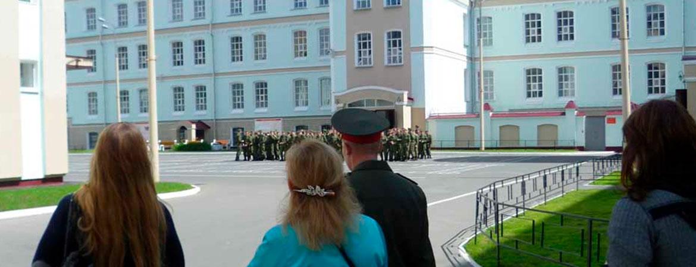 Праздник начался с торжественного митинга и вручения благодарственных грамот, а также прошло вручение новых званий солдатам-срочникам.